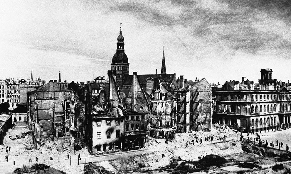 Домский собор среди руин Риги
