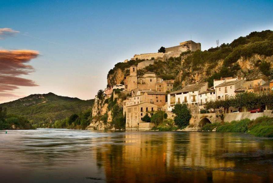 Замок Миравет в Испании
