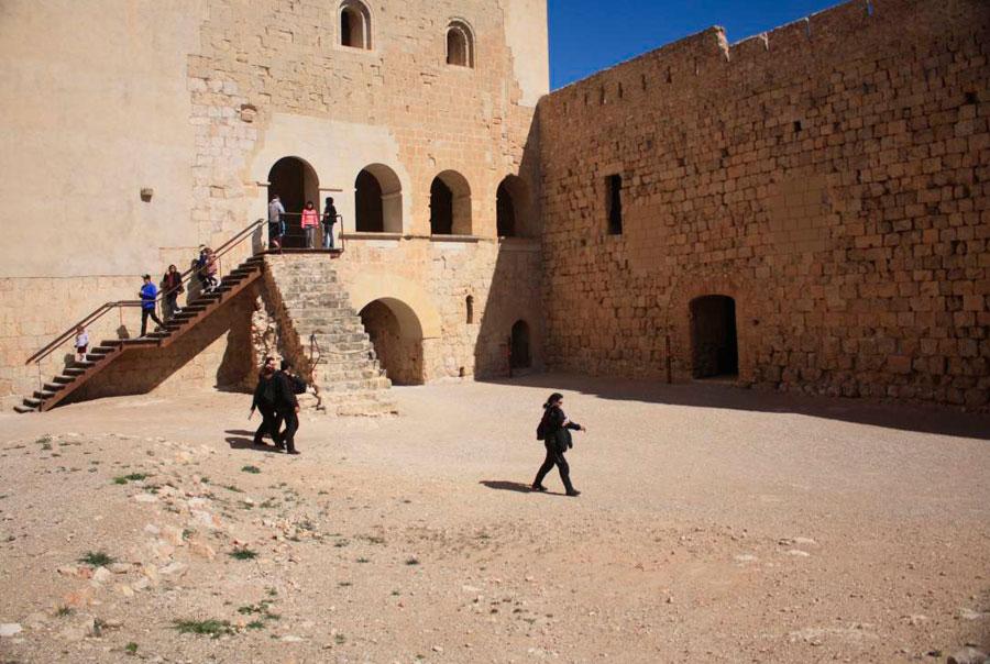 Внутренний двор замка Миравет