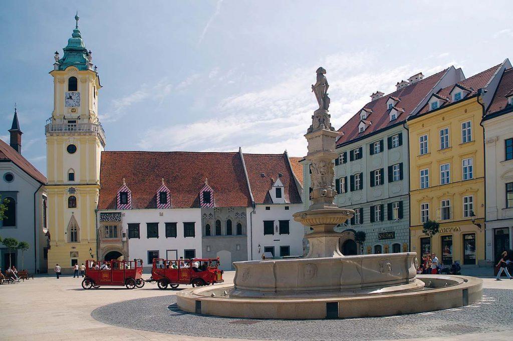 Фонтан и площадь в Братиславе