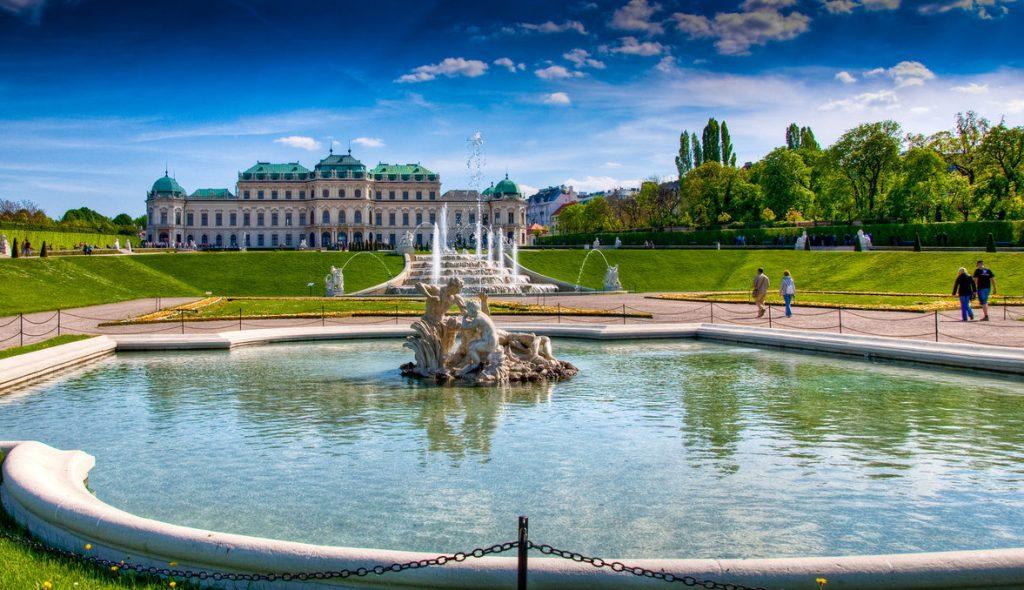Дворец с фонтаном в Вене