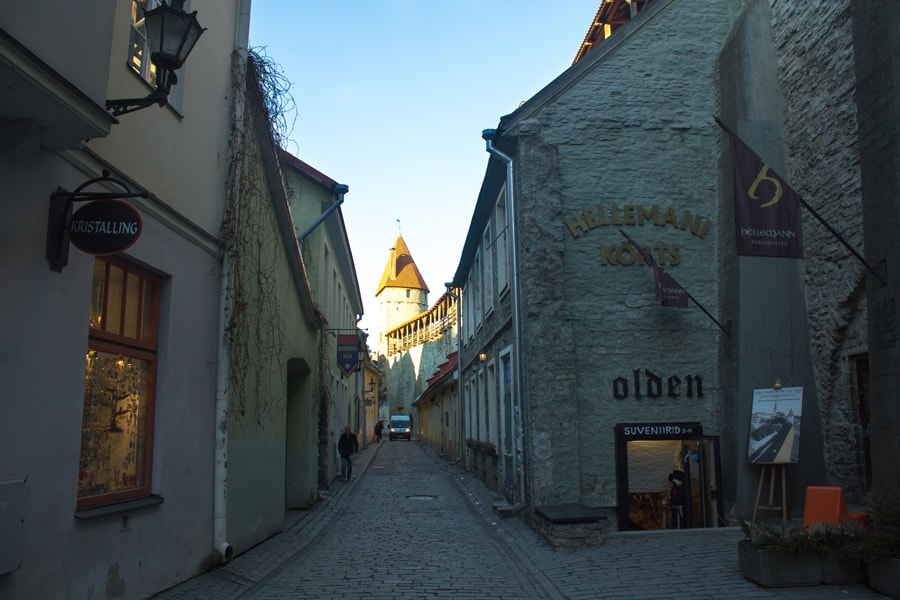 Вид на улицу рядом со входов в башню
