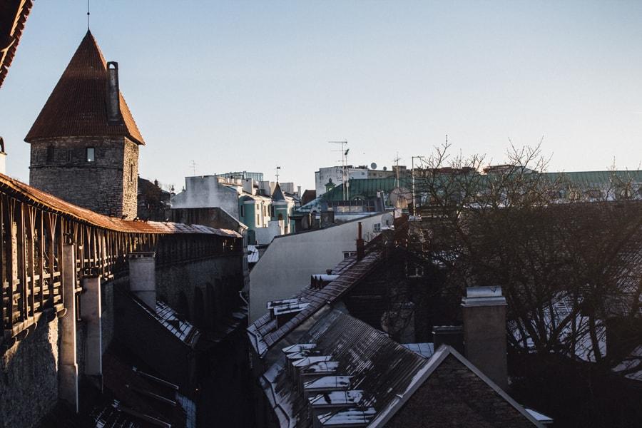 Вид на башню и стену в Таллине