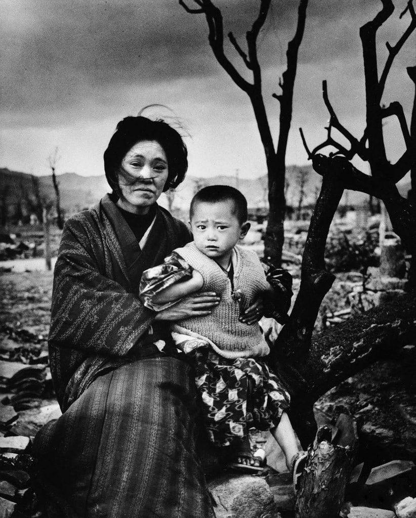 Семья на руинах города