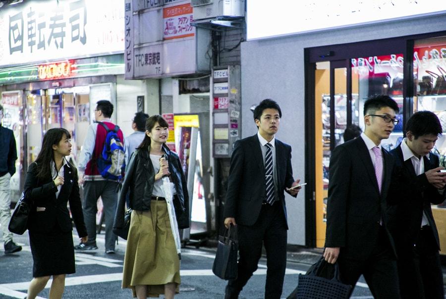 Японцы в костюмах