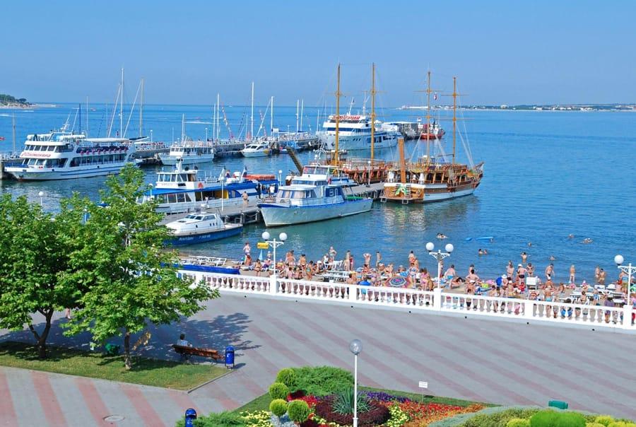 Яхты возле набережной