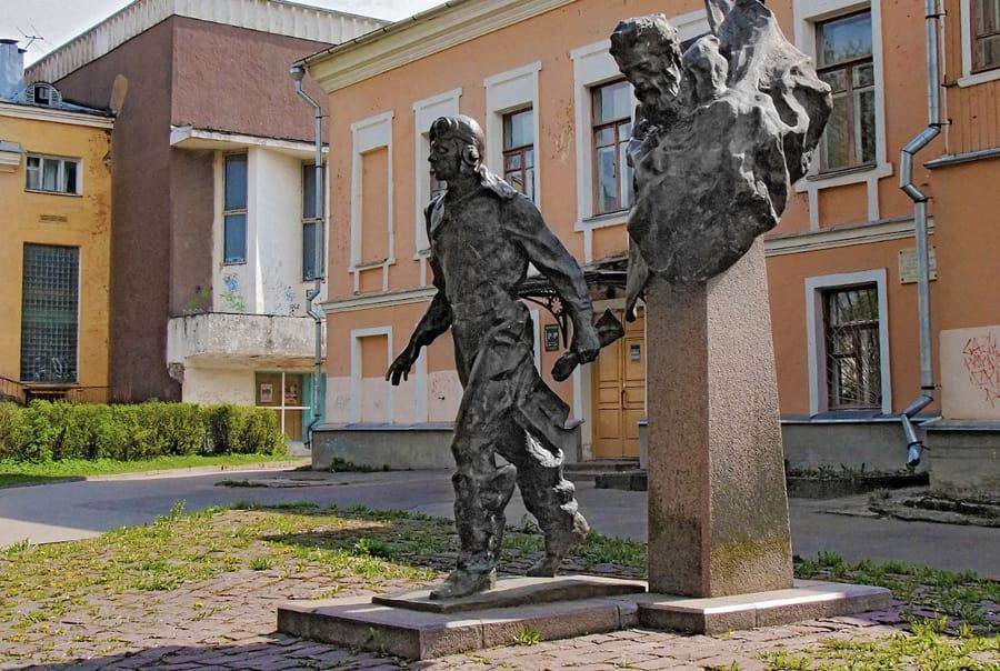 Памятник Два капитана