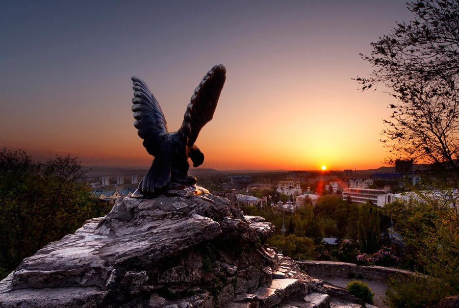 Памятник орлу на закате
