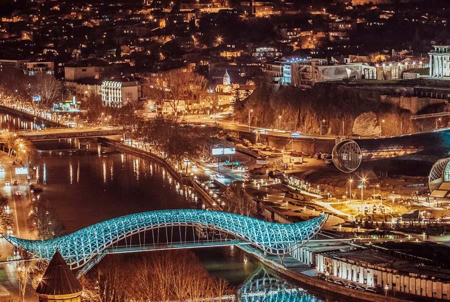Красивый мост Мира
