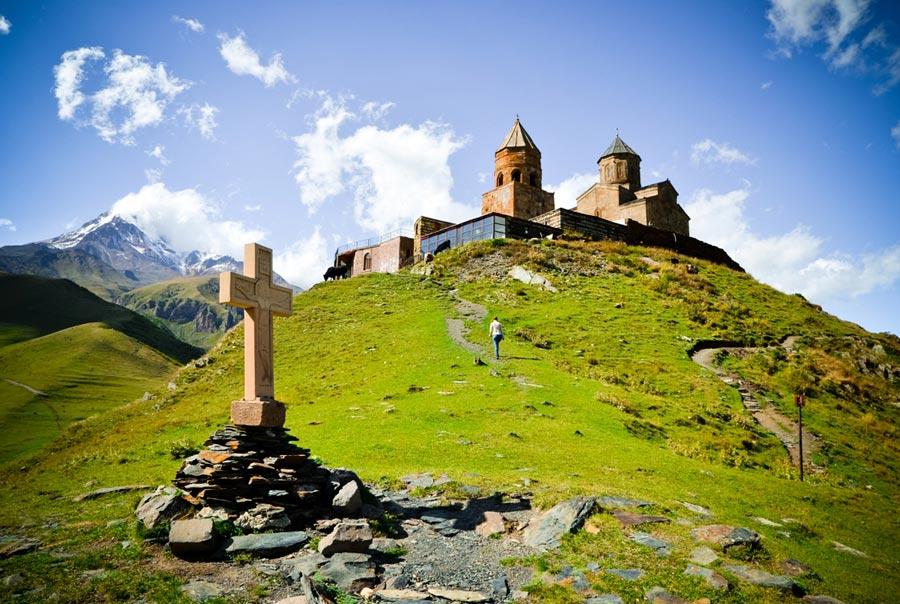 Красивая гора Казбек и храм Гергети