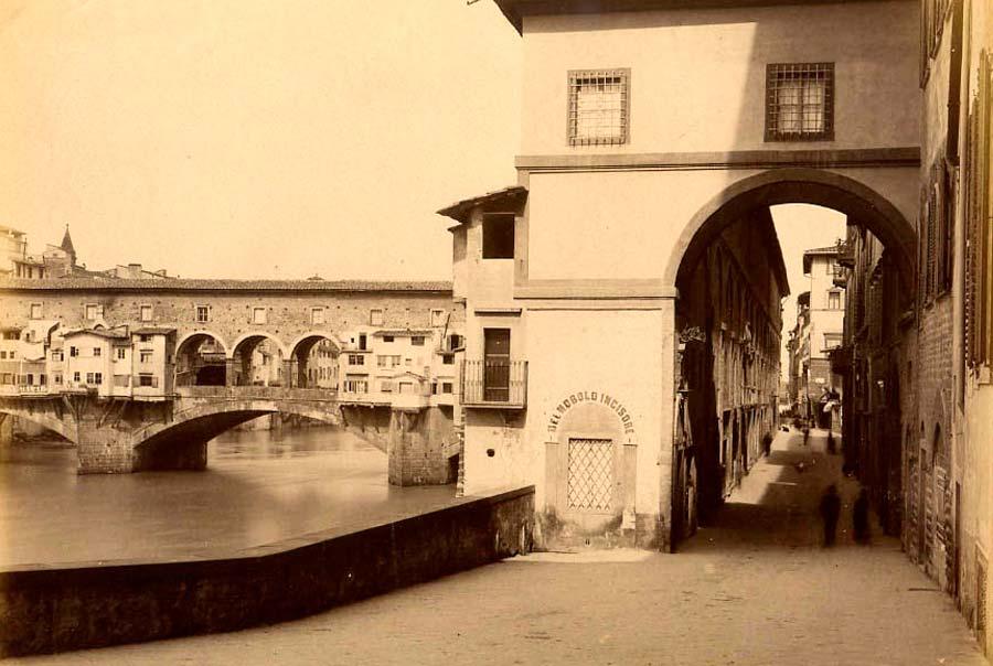 Старое фото улицы возле моста