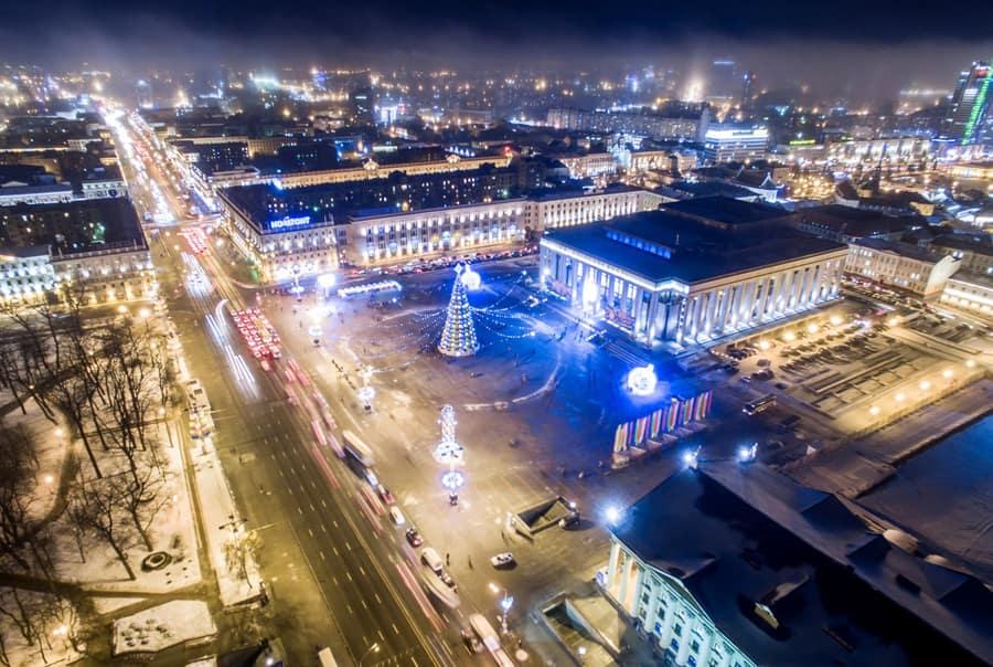 Площадь с новогодними украшениями
