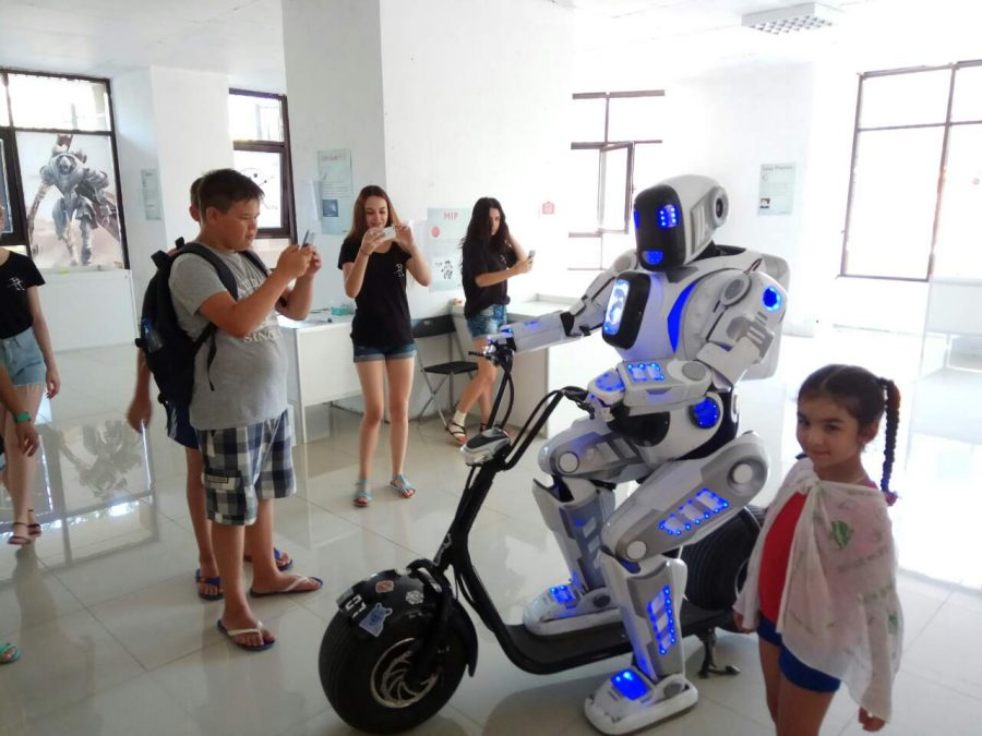 Дети на выставке роботов